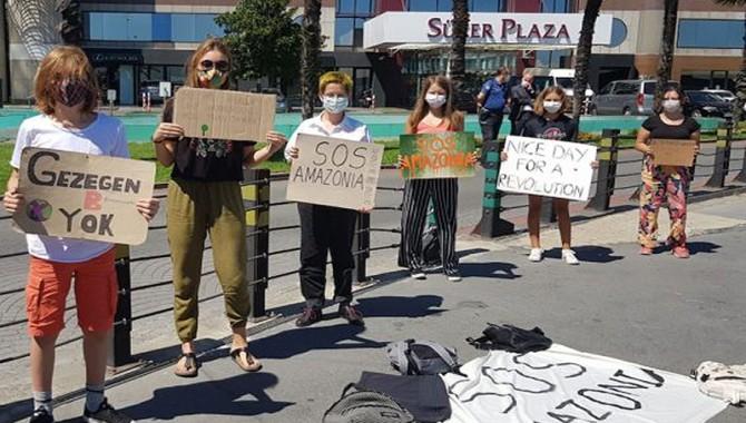 İklim Aktivisti gençlerden Brezilya Konsolosluğu önünde Amazonlar için eylem